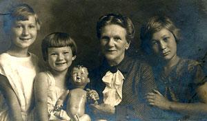 1936 г. Раде - 9 лет, Марише - 5, бабушке Иде, матери Александра Павловича, - 61 год, Светлане - 13 лет