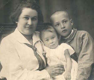 Красноярск, 1925 г. Жене - 31 год, Свете - 2 года, Лёве - 8 лет