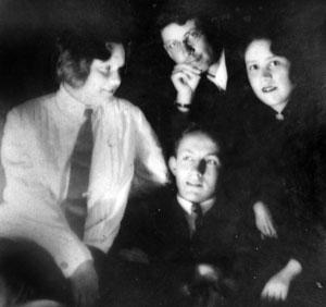 Виктор Баринов (в центре), Анна Попова (слева), его жена Раиса (Руся) справа. В верхней части снимка В. В. Попов. Фото конца 1930-х годов из семейного архива архитекторов Поповых