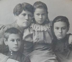Н. А. Дьячкова с детьми Александром, Ниной и Еленой. 1896 г.