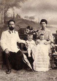Анна Федоровна и Александр Михайлович Щетковские с сыновьями Сергеем и Серафимом. 1905 год