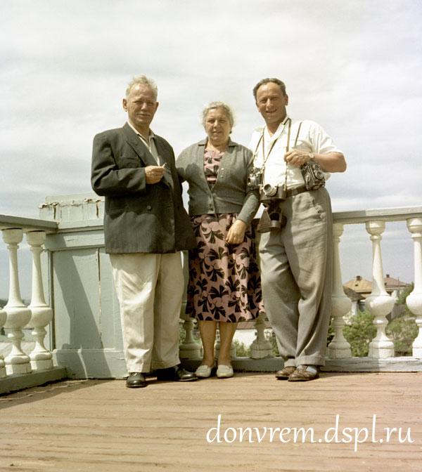 М. А. и М. П. Шолоховы с фотографом Я. Рюмкиным. 1960 г. Фото: Я. Рюмкина. Публикуется впервые