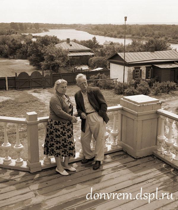 М. А. и М. П. Шолоховы на балконе дома. Вёшенская, 1960 г. Фото: Я. Рюмкина