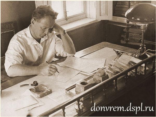 М. А. Шолохов в рабочем кабинете. Август 1938 г. Фото Г. Петрусова