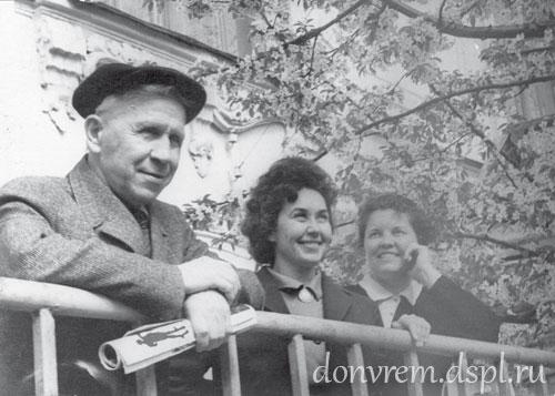 научный сотрудник П. Д. Карпун, директор музея Л. Т. Тоценко, главный хранитель Л. А. Цымбал во дворе Таганрогского краеведческого музея. 1960 г.