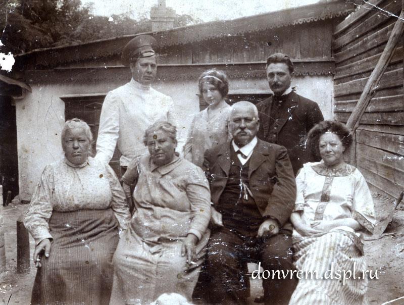 И. П. Сарандинаки с семьёй