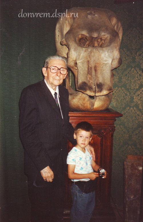 В. Е. Гарутт с внуком возле черепа слонихи Бетти