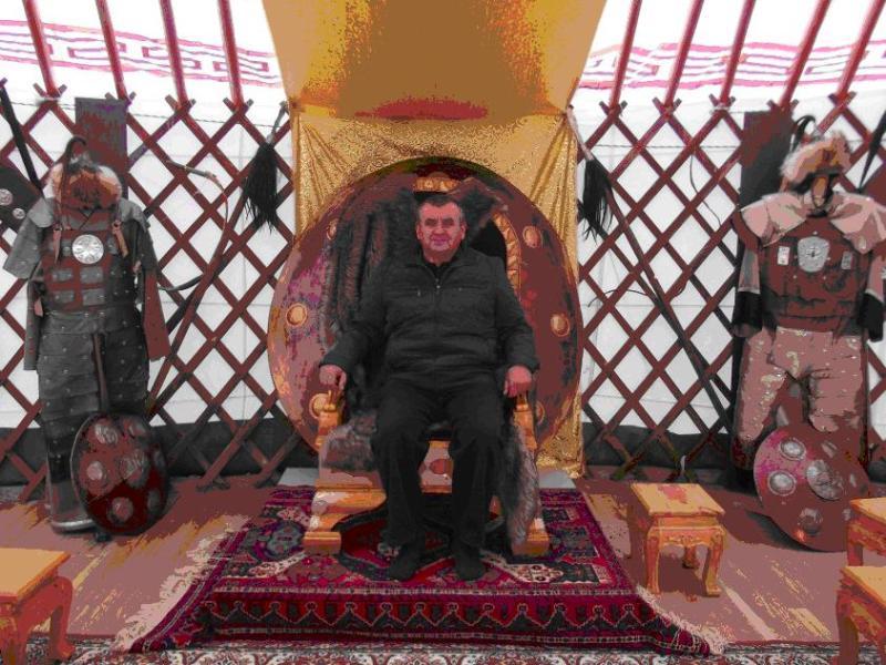 Краевед    из    х. Ульяновского   Г. А.   Гудко    на    праздновании    Дня    Тюльпана,  ханская кибитка, 2016