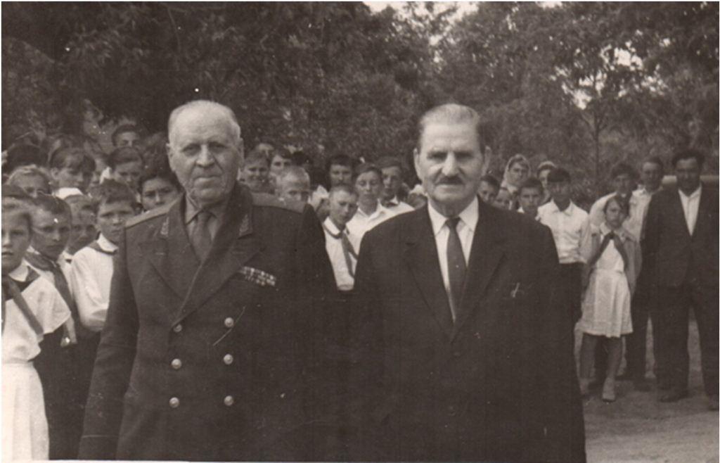 Т. П. Кругляков и М. К. Савин на улице п. Зимовники, предп. 1970-е